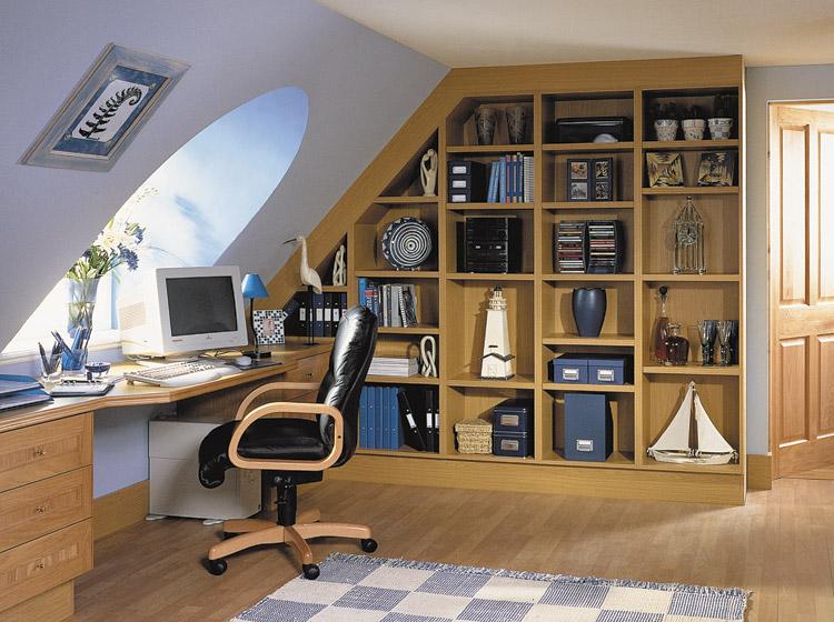 Выбирая дом с мансардой, возникают проблемы с расстановкой мебели на мансарде, необходимо становится задуматься какую именно мебель можно туда подобрать а, следовательно как ее расставить в комнате. Зачастую  на мансардном этаже располагается спальня. Но удобного спального гарнитура для мансарды в магазине найти не удастся, значит необходимо изготавливать мебель для мансарды на заказ. Мебель для мансарды достаточно сложно выбрать, потому то угол наклона крыши у каждого дома свой индивидуальный, разная высота потолков, геометрия помещения.  В итоге производители не могут предложить стандартного решения возникшей проблемы. Обычно,  к скошенной крышей стене ставится кровать, к противоположной стене — шкаф. Но стоит отметить, что Данный вариант не совсем удобен, так как при такой расстановке, нельзя полностью комфортно чувствовать себя на кровати – риск удариться головой о крышу достаточно велик. Но есть решение этой проблемы:  если выбрать встроенную мебель, из этого положения можно выйти, получив при этом функциональный и стильный вариант обстановки, не предоставляющий неудобств.